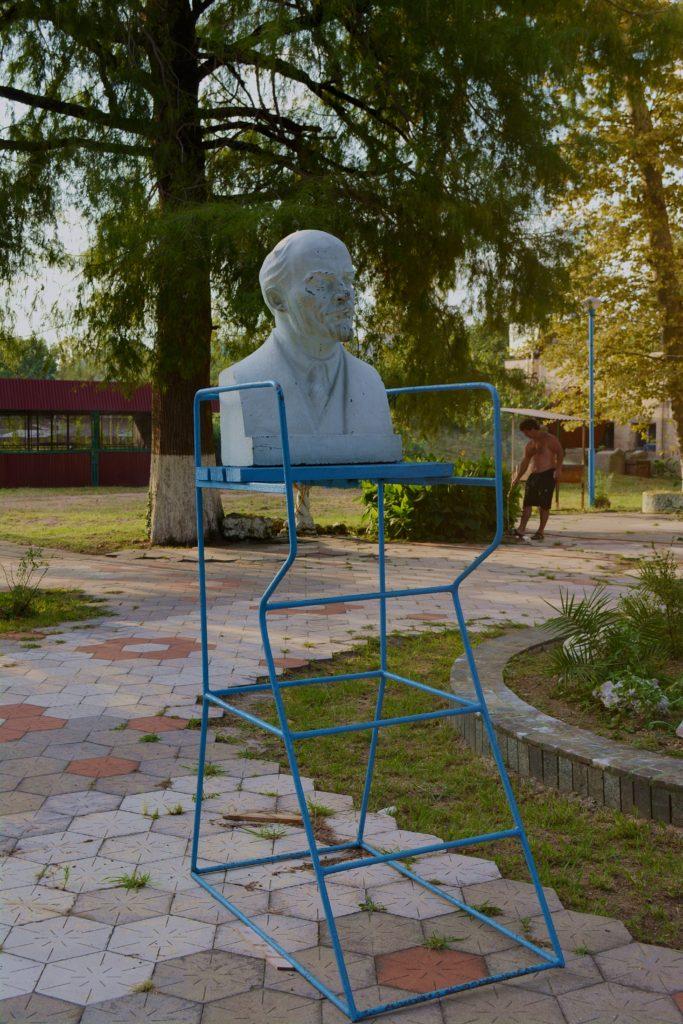 W zniszczonym ogrodzie botanicznym straszy Lenin