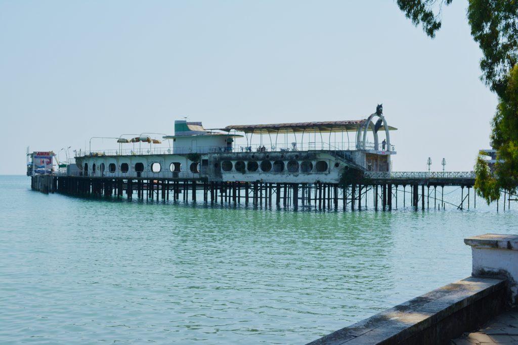 Niszczejący obiekt na plaży w Suchumi